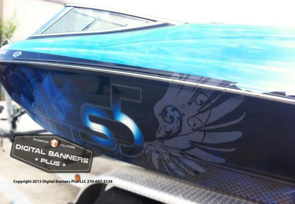 Light/dark blue wrap om speedboat