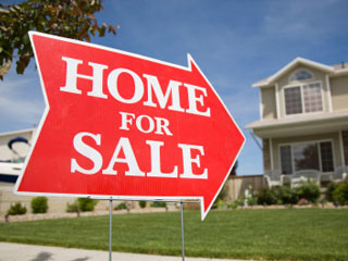 "A ""red arrow"" real estate yard sign like this will surely be noticed and sell your house more quickly!"
